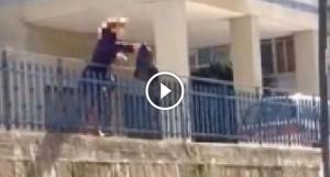 """Napoli, """"lancio del sacchetto"""": condomini gettano rifiuti dalla finestra"""