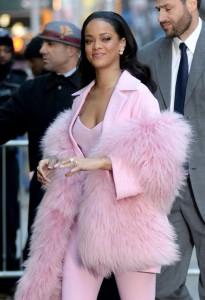 """Rihanna single: """"Cerco un uomo che sopporti i miei orari"""""""