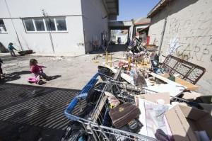Roma, tensioni al centro accoglienza rom: vigile tira fuori la pistola - VIDEO