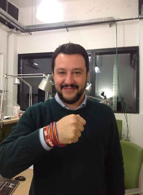 Matteo Salvini con braccialetti gay friendly