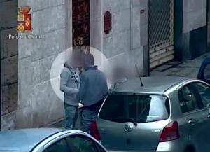 VIDEO YouTube Torino, pusher a San Salvario spacciano in pieno giorno