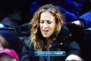 VIDEO YouTube: Sarah Jessica Parker, smorfie a Tom Hanks seduto davanti