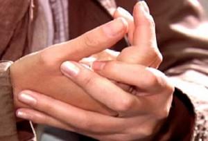 """Scrocchiarsi le dita non fa male né causa artrosi. A scoppiare son le """"bolle"""""""