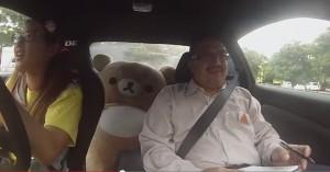 pilota si finge allieva e terrorizza gli istruttori in auto