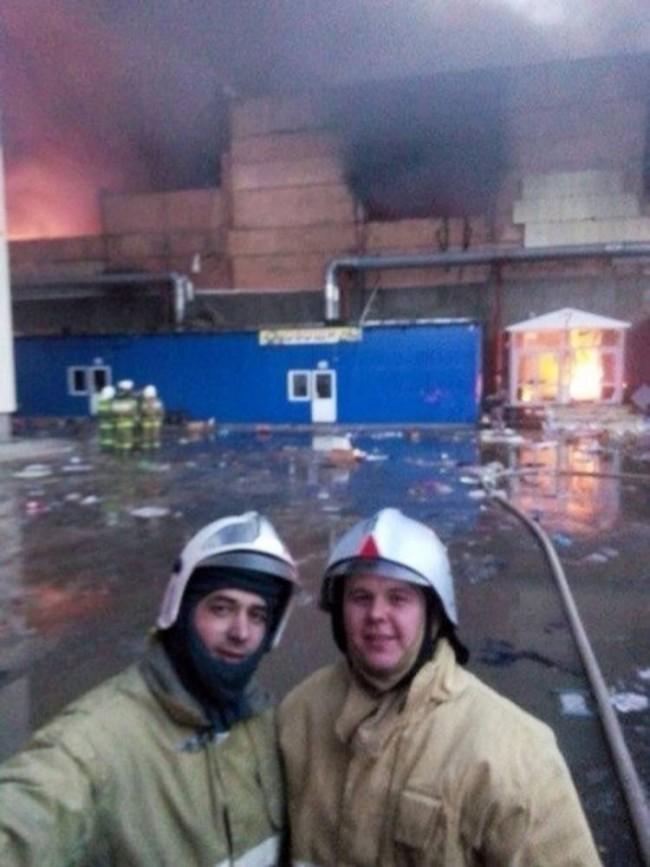 Russia, pompieri scattano selfie davanti centro commerciale in fiamme