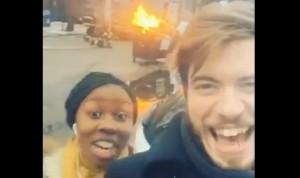 selfie davanti ai pompieri: coppia viene travolta dal getto d'acqua