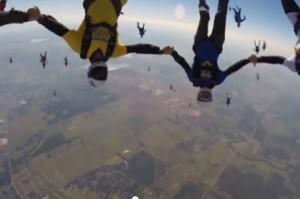 girotondo in cielo di 57 paracadutisti in ricordo dell'amico morto