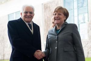 Sergio Mattarella, gaffe con Angela Merkel. Lui non vede mano tesa, lei...VIDEO