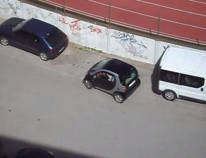VIDEO YouTube. Ampio parcheggio per una Smart: ma la guidatrice non ci riesce