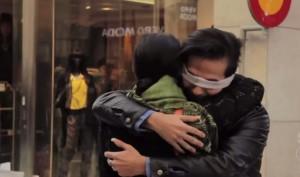 """""""Sono musulmano: abbracciami"""". Esperimento sociale in strada a Stoccolma"""