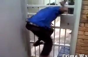 Sudafrica, attraversa le sbarre della prigione in 30 secondi