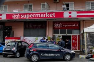 Supermercato Etè, rapinati inseguono carabinieri-rapinatori: rissa sulla statale