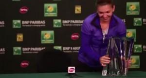 """VIDEO YouTube. Tennista Simona Halep non riesce alzare trofeo: """"Ma quanto pesa?"""""""
