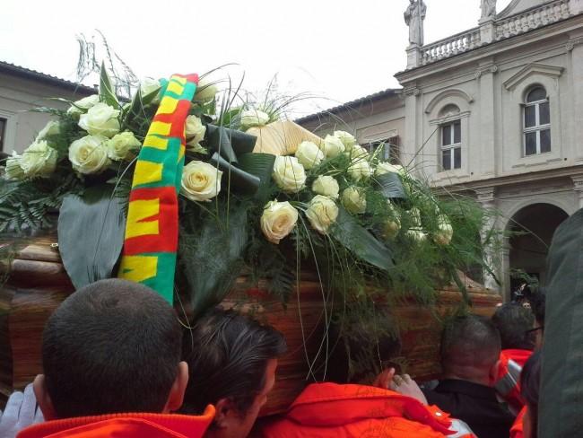 Terni, funerali di David Raggi FOTO: il fratello regala fiori agli immigrati