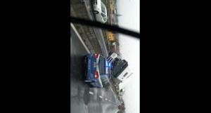 VIDEO YouTube: tir ribaltato dal vento blocca traffico stradale