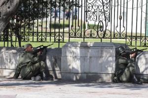 """Tunisi, terzo terrorista in fuga. Superstite: """"Ci inseguivano sparando"""""""