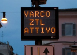 Bergamo, truccano targa per entrare in Ztl: rischiano denuncia truffa
