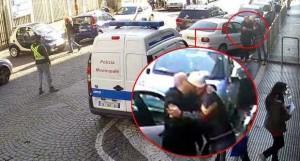 Napoli. Vigile saluta parcheggiatore abusivo: baci e stretta di mano VIDEO