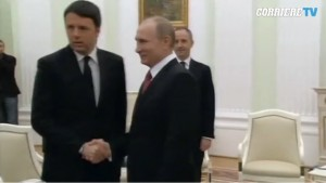 Matteo Renzi incontra Vladimir Putin: la stretta di mano VIDEO
