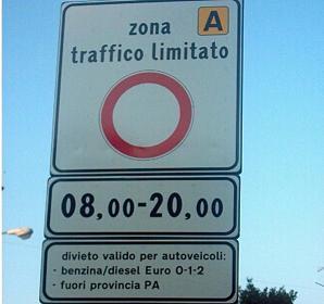 """Autistici in corteo a Roma, scortati dai vigili ma multati. """"Devono pagare"""""""