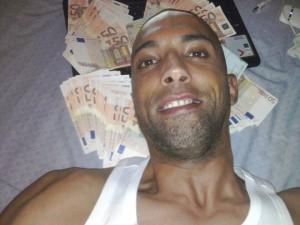 Spacciava cocaina e postava foto disteso su letto di banconote: arrestato