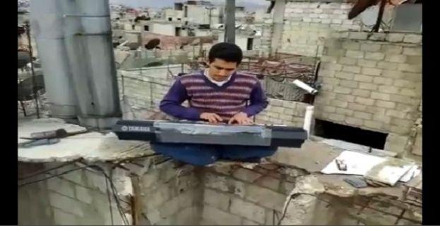 Isis brucia piano a Ahmad: lui continua a suonare sui tetti di Yarmouk