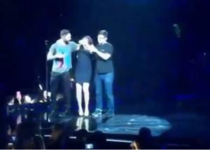 VIDEO YouTube. Adam Levine (Maroon 5) assalito da fan su palco di Anaheim