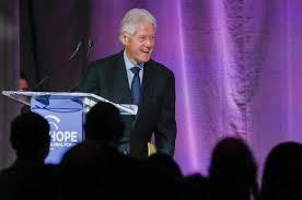 Bill Clinton, paura in Tanzania: atterraggio di emergenza per motore aereo rotto