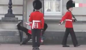 Buckingham Palace, regina reale scivola con il fucile in braccio
