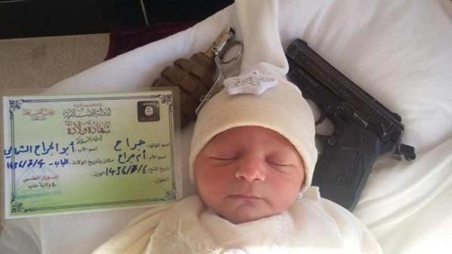 Isis ora emette certificati di nascita: FOTO neonato con accanto revolver e bomba