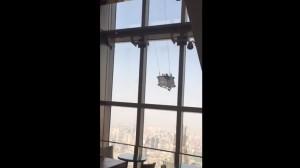 cabina con 2 lavavetri a bordo sbattuta dal vento al 91esimo piano