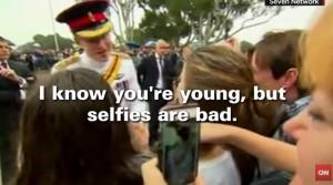 "Principe Harry fa ramanzina a ragazza: ""Basta selflie, sono brutti"""