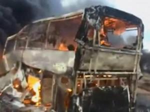 Il camion bruciato in un frame del video (YouTube)