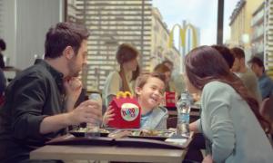 Una scena dello spot mcdonald's in cui il bimbo preferisce l'happy meal alla pizza