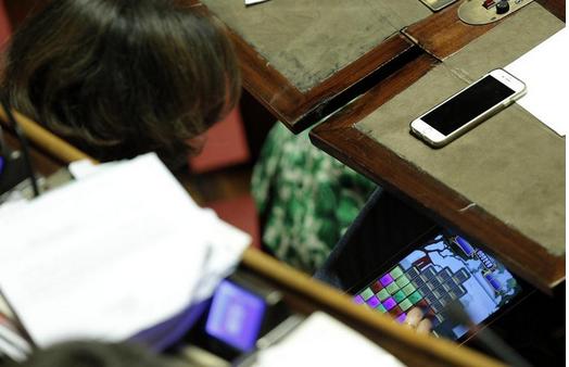 Maria Paola Merloni al Senato gioca col tablet durante voto anticorruzione