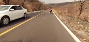 Messico, cade da skateboard e finisce contro auto: caschetto lo salva