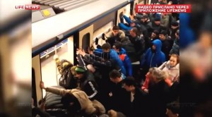 Metro Mosca: donna incastrata tra vagone e banchina, passeggeri la salvano
