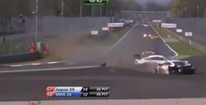 Monza, auto sbanda finendo contro barriere: ispettori gara sfiorati