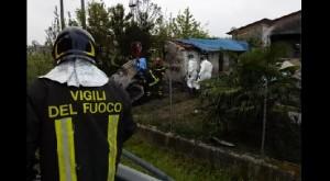 Padova, auto va dritta su rotatoria e si schianta contro casa