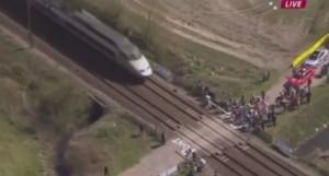 VIDEO YouTube - Parigi-Roubaix, ciclisti passano mentre si chiude passaggio a livello e passa treno