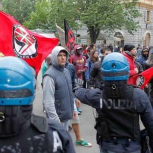 I centri sociali protestano contro Salvini ad Ancona (foto Ansa)