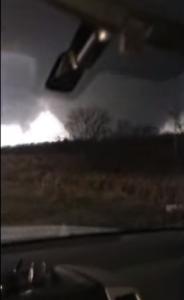 Illinois: filma dall'auto il tornado, poi scappa via