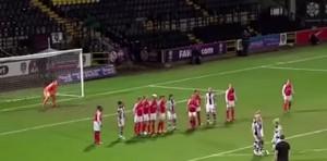 VIDEO YouTube - Calcio di punizione con trucco delle ragazze del Notts County