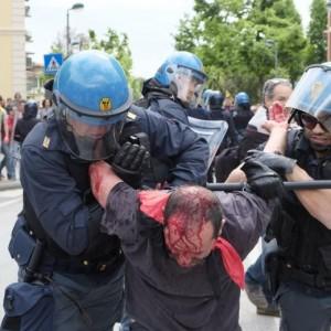 Massa, scontri tra manifestati anti-Salvini e polizia: un ferito
