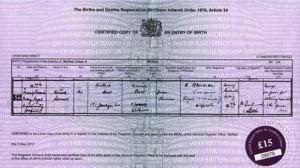La foto del certificato di nascita pubblicato dal Belfast Telegraph
