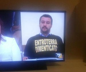 """Matteo Salvini indossa maglia con scritta: """"Entroterra dimenticato"""""""