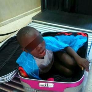Adou, il bimbo nascosto nel trolley riabbraccia la sua mamma