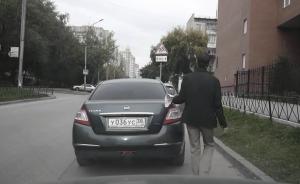 come rubare un'auto con un pezzo di carta attaccato su un vetro