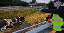 A16, pullmino  contro barriera in autostrada 4 operai morti