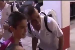 Real Madrid: Gareth Bale, tifoso gli chiede di fare fotografo per selfie con Rodriguez